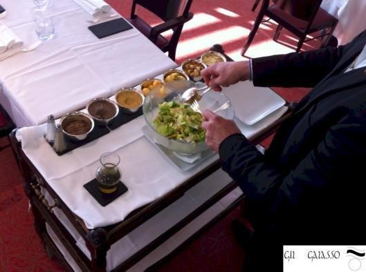 Scénographier les préparations en salle : la salade Caesar