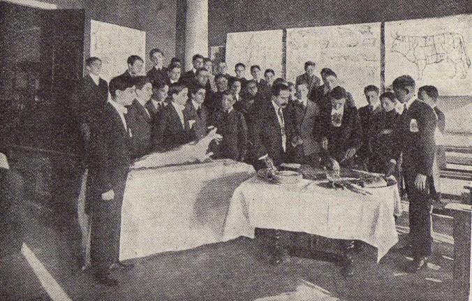 Louis Leopso en cours de service en salle au lycée hôtelier de Nice (1918)